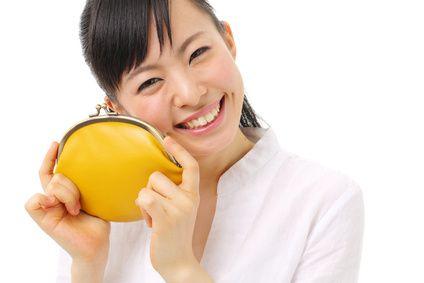 財布を持って微笑む女性