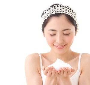 泡立てて洗顔する女性