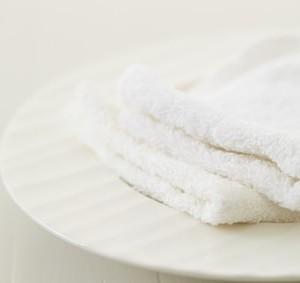 皿にのった白いタオル