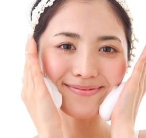 頬に泡を付ける女性