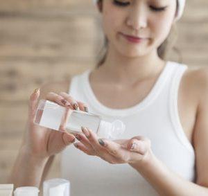 化粧水を手にとる女性