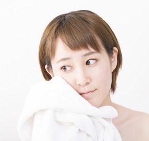洗顔後のすっぴん女性