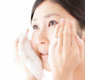 洗顔フォームを使う女性