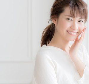 エイジングケアを笑顔でする女性