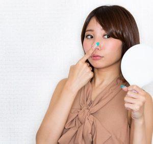 鼻を気にする女性