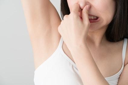脇が臭う女性